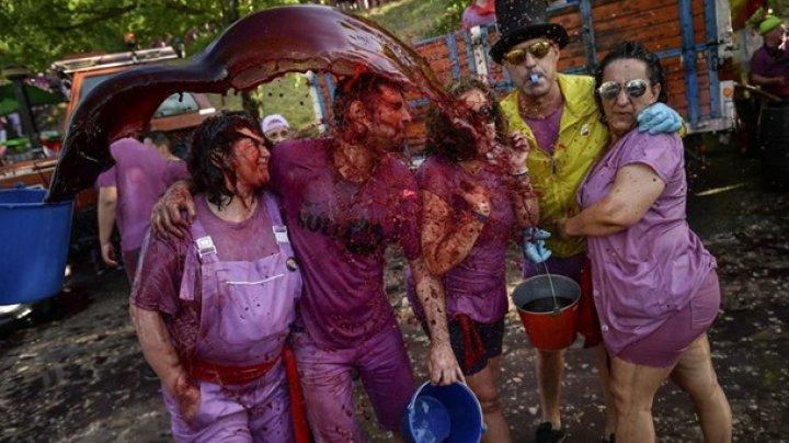 """В Испаниии прошла """"винная битва"""" - вылили 70 тысяч литров вина"""