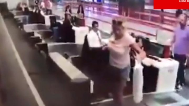 Пассажирка пыталась попасть в самолет по багажной ленте (видео)