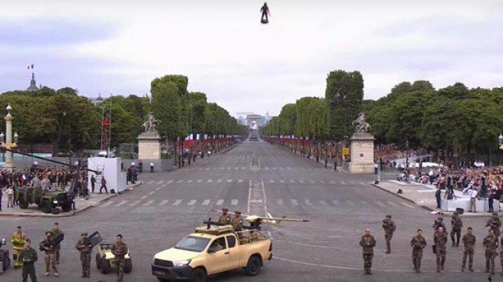 Француз полетал в Париже на реактивной доске (видео)