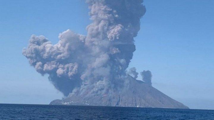 Туристы в панике: в Италии проснулся вулкан Стромболи (фото, видео)