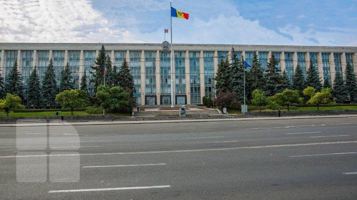 Успеть до заседания парламента: депутаты прокомментировали утреннюю спешку и работоспособность кабмина Санду