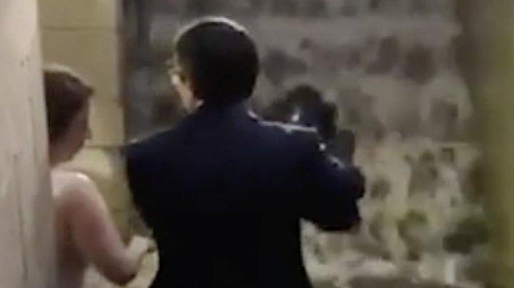 Американка перенесла боявшегося намочить свой костюм мужчину через лужу