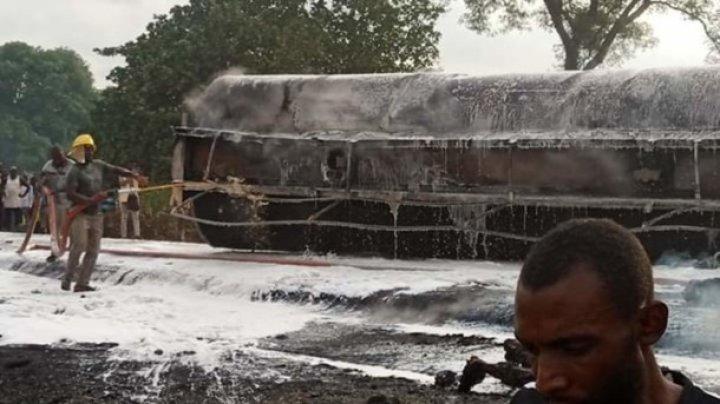 Не менее 30 человек погибли в Нигерии в результате возгорания бензовоза