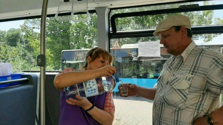 В столичных автобусах раздают бесплатно воду в связи с аномальной жарой (фото)