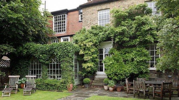 Во двор частного дома в Лондоне упал труп мужчины