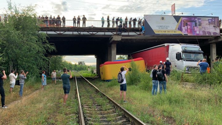 Пожарные спасли мужчину, который намеревался спрыгнуть с моста (видео)