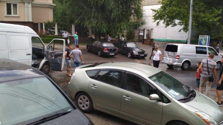 ДТП в столице: Микроавтобус столкнулся с машиной (фото)
