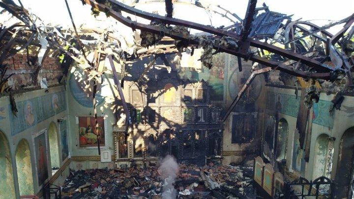 В Окницком районе загорелась церковь: часть икон удалось спасти