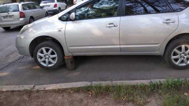 В одном из столичных дворов на Рышкановке сняли запчасти с машины (фото)