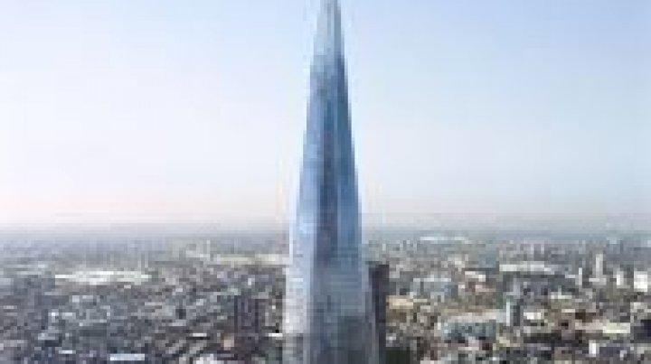 В Лондоне мужчина залез на стену небоскреба