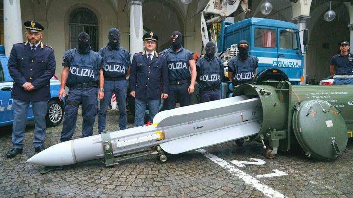 Власти Италии показали ракету, которую забрали у неонацистов