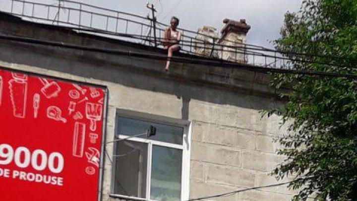 На Рышкановке девушка угрожает сбросится с крыши