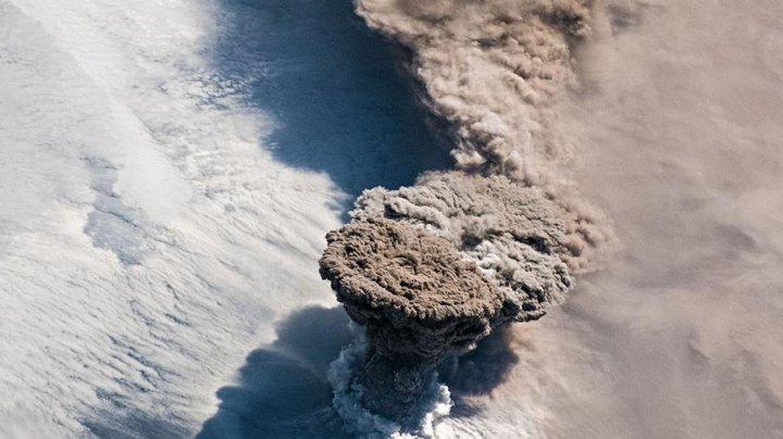 Извержение вулкана на Курилах попало на спутниковые снимки