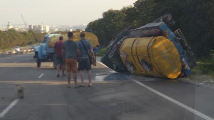 Грузовик с молоком перевернулся недалеко от Ставчен (фото)