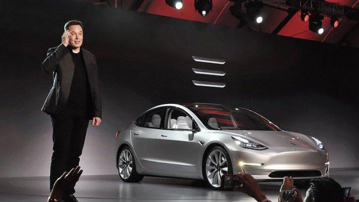 Илон Маск сообщил, что в машинах Tesla можно будет смотреть видео с YouTube и Netflix