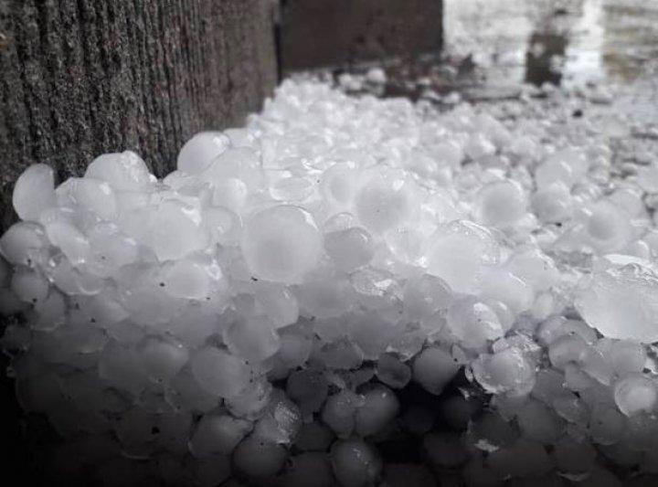 Погодный апокалипсис: во Франции выпал град размером с теннисный мяч (фото)