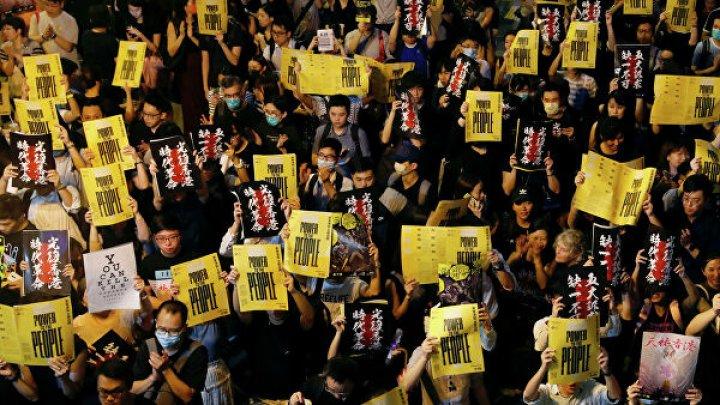 В Гонконге сотни протестующих собрались около полицейского участка