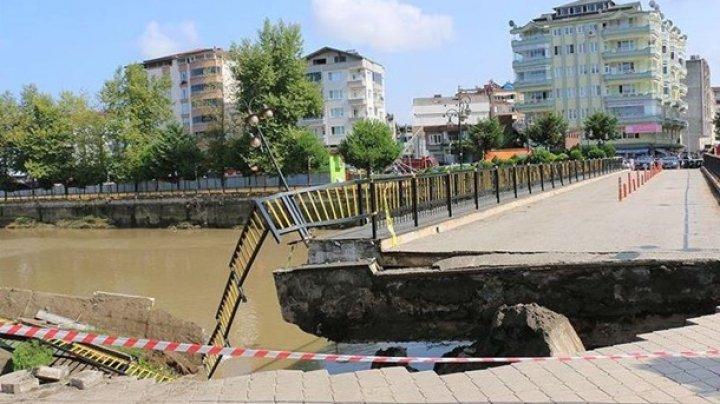 В Турции рухнул мост с людьми
