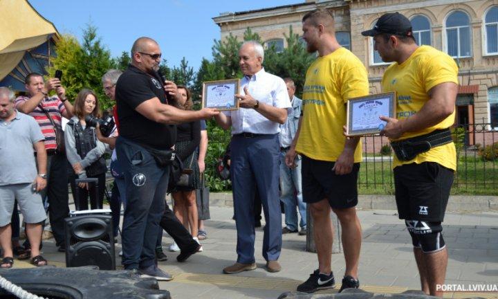 Во Львове установили рекорд по перетягиванию трамваев (фото)