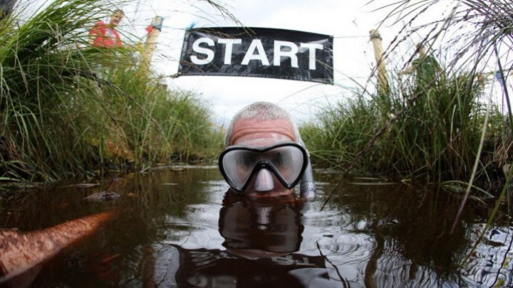 В Англии прошел чемпионат по нырянию в болото