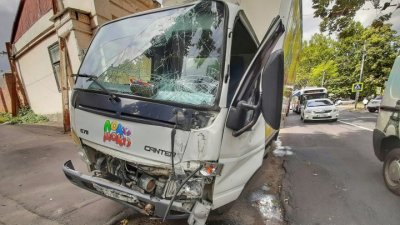Авария в центре столицы: Грузовик с молоком врезался в столб (фото/видео)