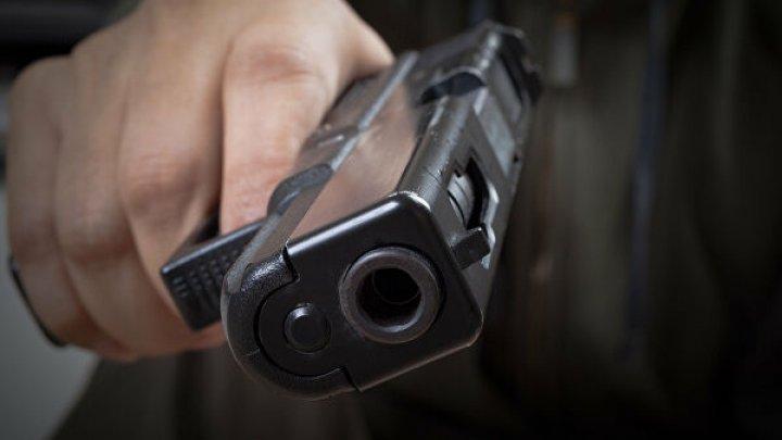 В Киеве мужчина устроил стрельбу в троллейбусе: ранены два человека