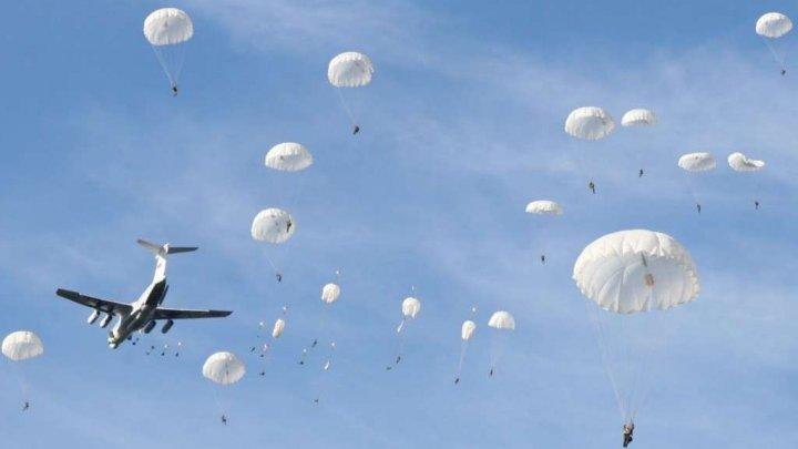 Тысячи парашютистов устроили парад в небе в честь 75-летия Голландской операции