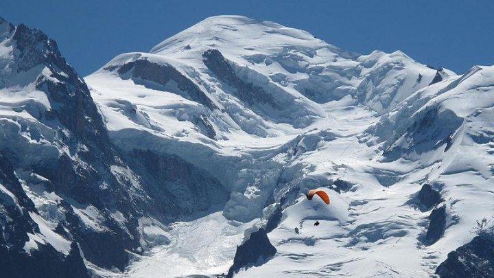 В Италии закрывают дороги и эвакуируют людей из-за угрозы обвала альпийского ледника