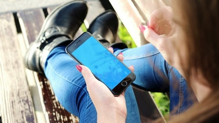Ученые: Женщины больше мужчин страдают от использования смартфонов
