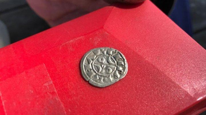 Image result for Французский фермер нашел 14 000 монет XIII века