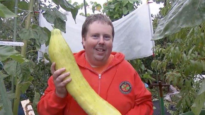 """В Германии """"XXL-фермер"""" выращивает огромные овощи"""