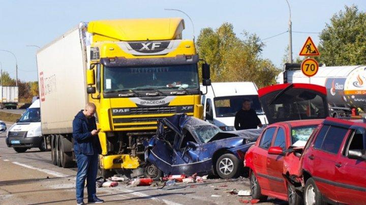 Подробности цепной аварии под Киевом: фура раздавила легковушку (ФОТО)