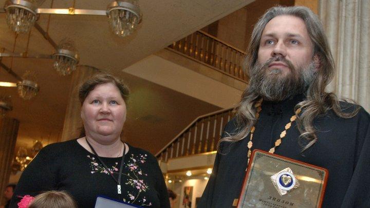 В Оренбурге арестовали священника, усыновившего 70 детей: обвиняют в изнасилованиях и развратных действиях
