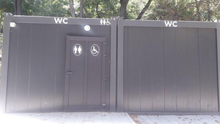 """Фото нового общественного туалета в парке Alunelul """"взорвало"""" социальные сети"""
