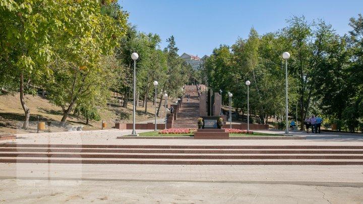 """В парке """"Валя Морилор"""" открыли гранитную лестницу"""