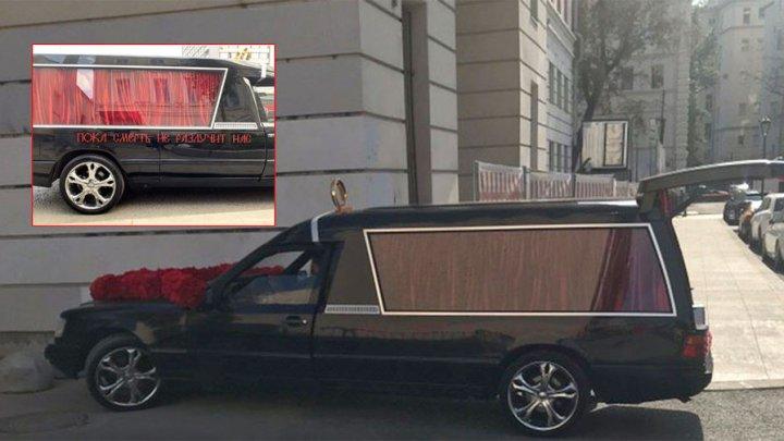 Свадьба Собчак: пара приехала в ЗАГС на катафалке