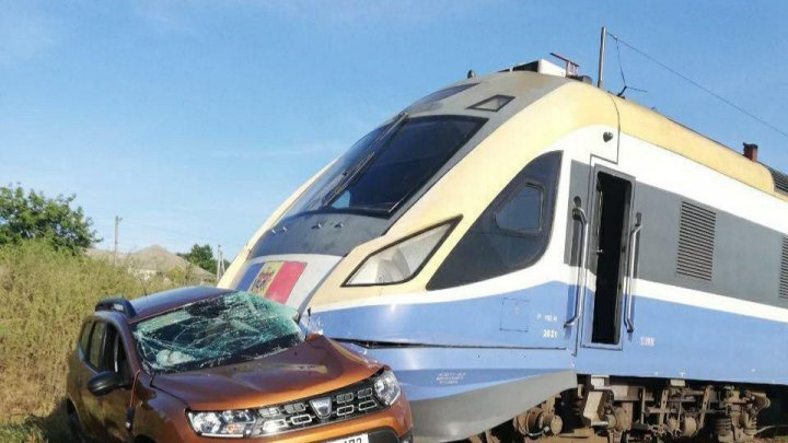 Смертельное ДТП на ж/д переезде: поезд Кишинев-Одесса протаранил автомобиль