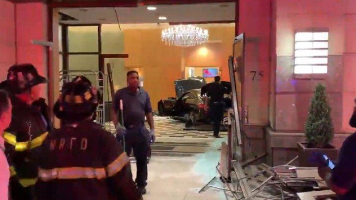 СМИ: В штате Нью-Йорк автомобиль въехал в вестибюль Trump Plaza