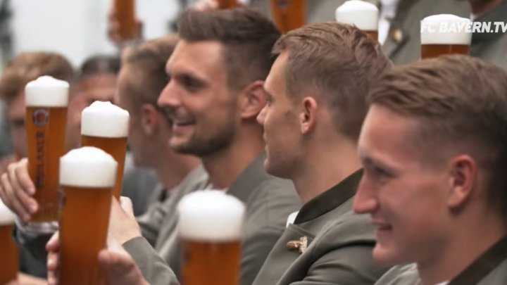 """Футболисты мюнхенской """"Баварии"""" с нетерпением ждут пивной фестиваль """"Октоберфест"""""""