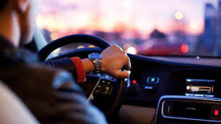 Названы опаснейшие песни для прослушивания в авто