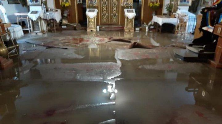 Проливные дожди затопили церковь Святой Преподобной Параскевы в Сороках (фото)