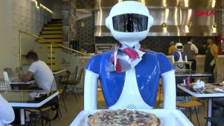 Турецкий ресторан заменил официантов на роботов