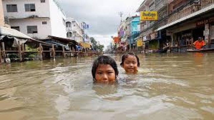 В Таиланде сильное наводнение унесло жизни 30 человек