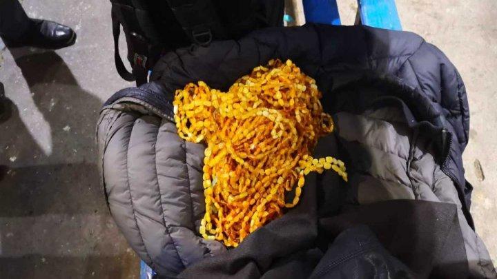 Гражданин Турции пытался провести через границу более 20 кг янтаря