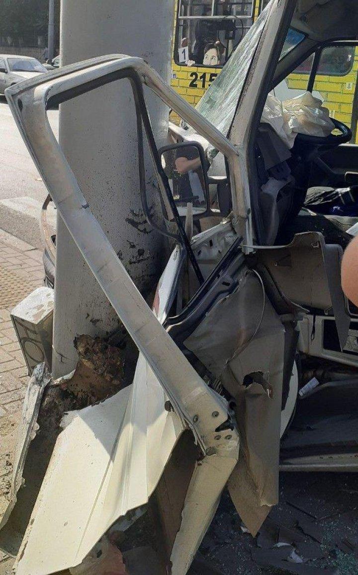 Авария в центре столицы: микроавтобус врезался в столб (ФОТО,ВИДЕО)