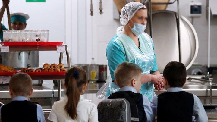 В Украине более 20 детей и учителей отравились в школьной столовой