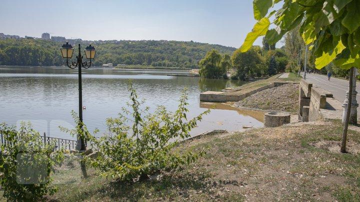 В озере парка Валя Морилор установили аппараты для очистки воды (фоторепортаж)
