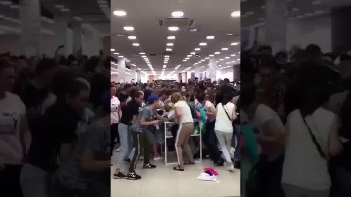 Покупатели подрались из-за вещей по 1 рублю (видео)