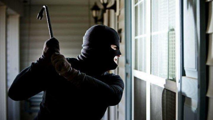 В Штефан-Водэ грабители в масках ворвались в дом 61-летней женщины, связали ее и ограбили