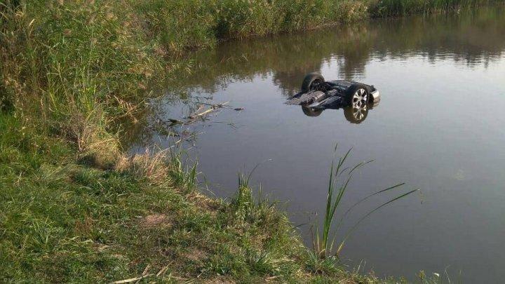 Автомобиль упал в озеро в Окницком районе: погибли двое